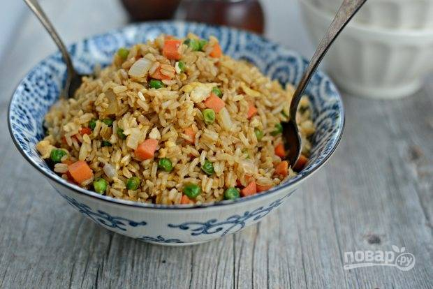 Коричневый рис с яйцом и овощами