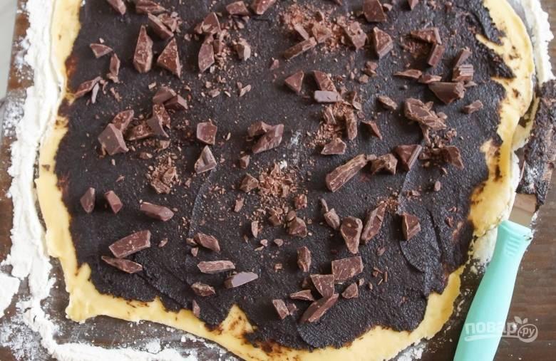 4. Раскатайте тесто в тонкий лист, смажьте его внутри шоколадной пастой.