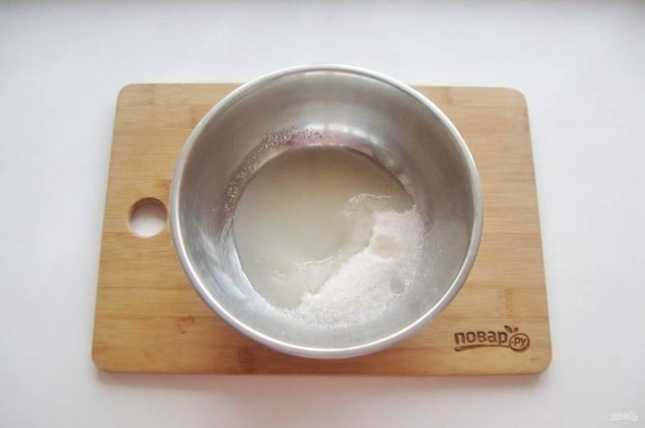 Влейте в сахар четыре столовые ложки воды.
