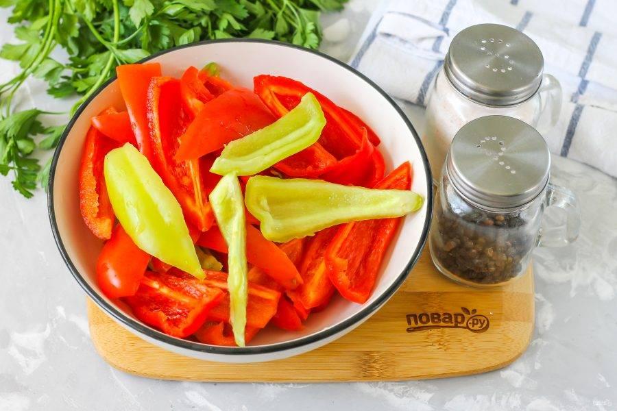 Болгарские перцы очистите от семян, срезав крышечки со стеблями. Промойте внутри и снаружи, нарежьте лентами в миску или салатник.