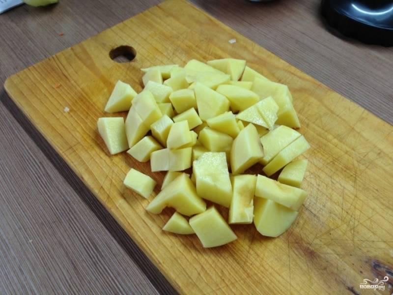 Картофель очистить от кожуры и нарезаем кубиками.