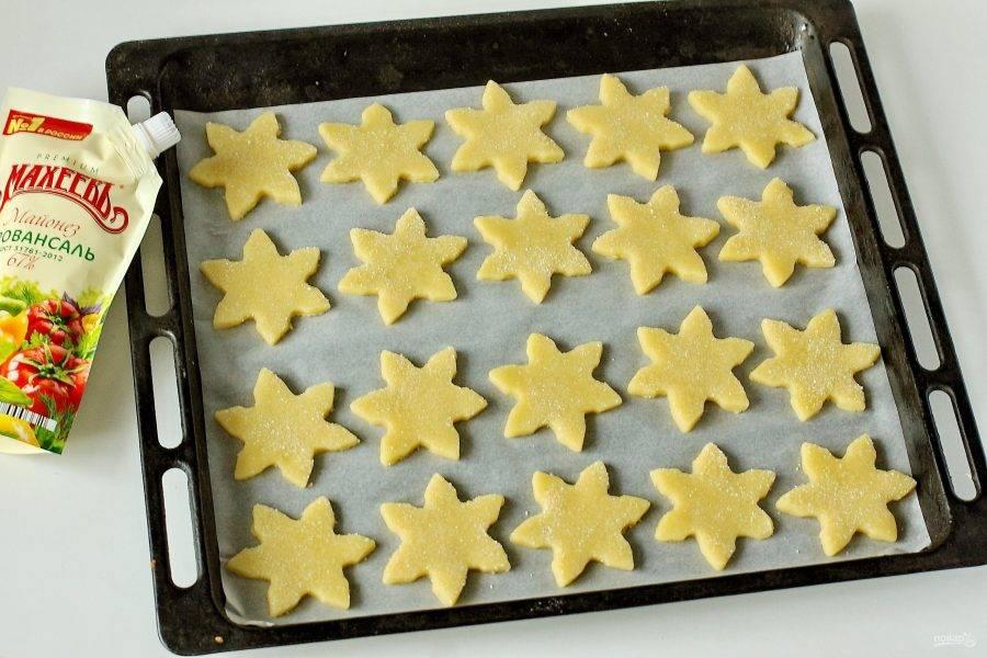 Переложите их на противень, застеленный пергаментом и запекайте в духовке при температуре 180 градусов около 10 минут. Время зависит от особенностей вашей духовки.