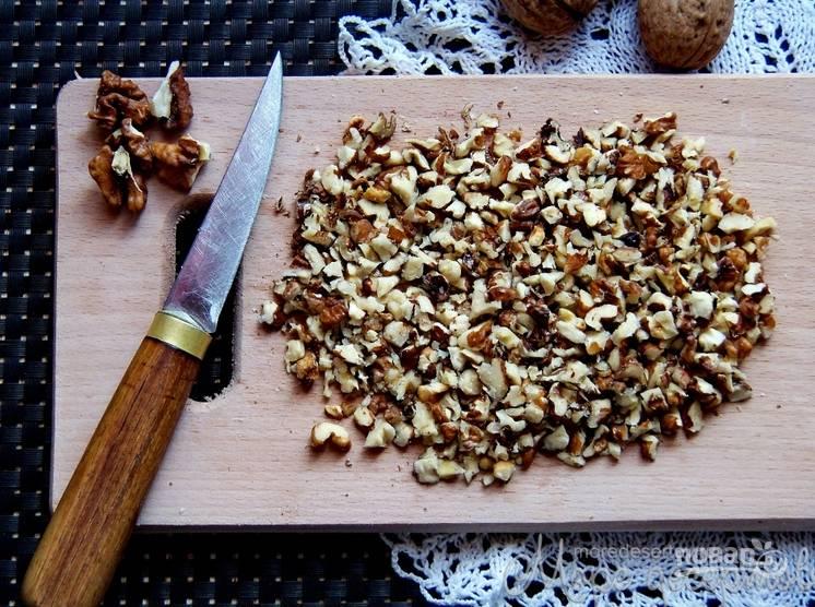 В две части теста засыпаем какао. В еще одну насыпаем мак. В последнюю часть теста подмешиваем измельченные орехи.