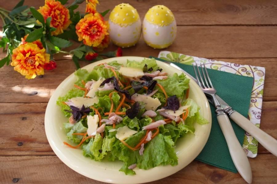 Базилик, свежую зелень нарезать мелко. Выложить на салат. Смешайте масло, соль, перец и сахар. Взбейте. Полученной заправкой заправьте салат. Подайте к столу. Приятного аппетита.