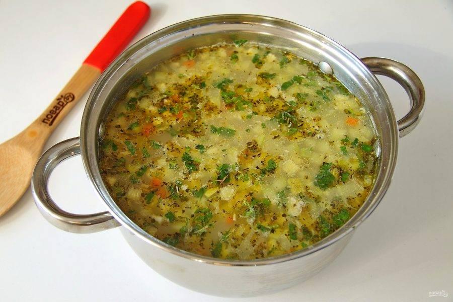 В самом конце добавьте измельченный чеснок, прованские травы и зелень. Снимите кастрюлю с огня и дайте настояться под крышкой 10-15 минут. Суп с рисом и кабачком готов.