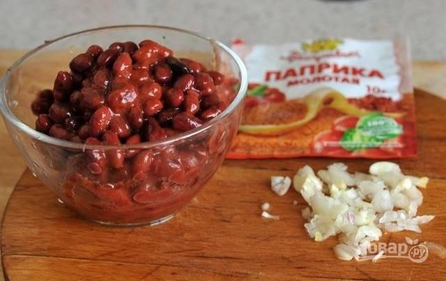 5. Через 5-7 минут после картофеля выложите в кастрюлю обжаренный лук и овощную смесь. Когда картофель почти готов, добавьте фасоль. Измельчите чеснок. Выложите в суп чеснок, добавьте паприку. Через минуту можно снимать с огня.
