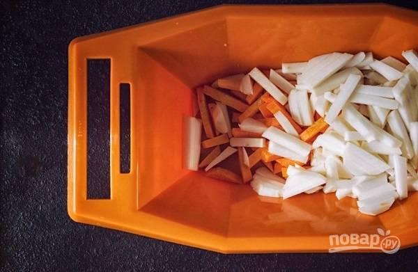 3. Очистите и нарежьте соломкой морковь и репу.
