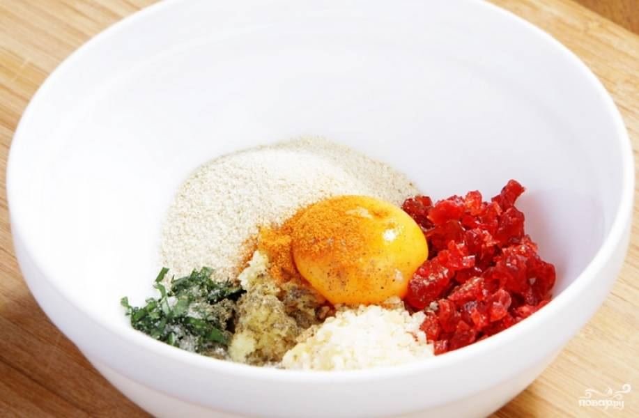 Смешайте: измельченную сушеную вишню, панировочные сухари, желток, специи и мелко порубленный чеснок.
