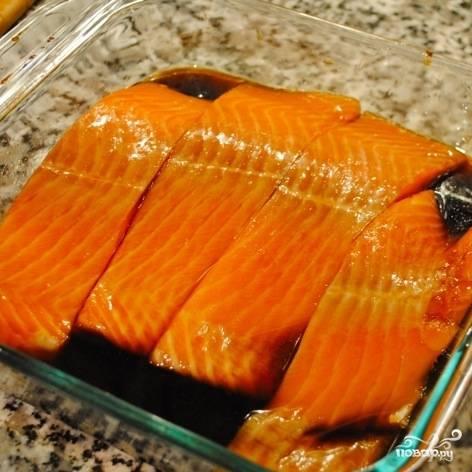У маринада очень специфический вкус, поэтому не держите рыбу в нем долго. Буквально минут 5-7, не больше.