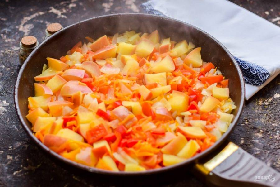 Добавьте в сковороду воду, соль и сахар. Тушите ингредиенты под крышкой 25-30 минут.