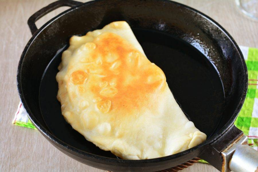 Обжаривайте чебуреки 2-3 минуты с каждой стороны в сковороде с достаточным количеством масла.
