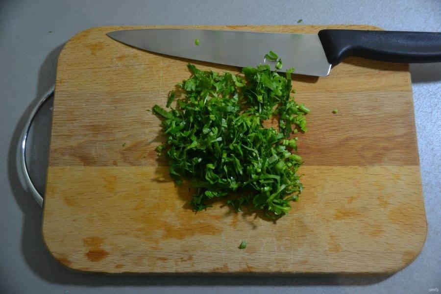 Измельчите зелень петрушки.