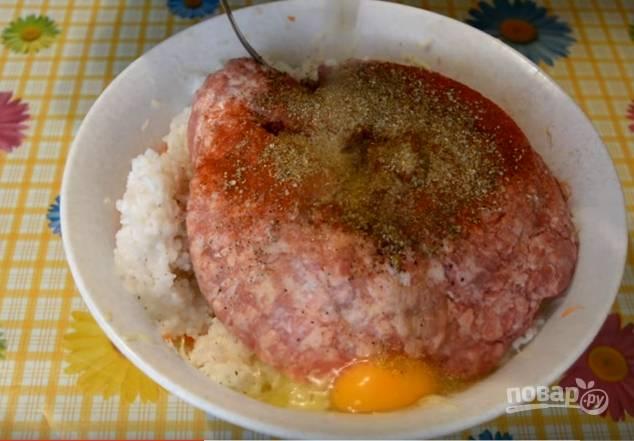 4. Соедините овощи с фаршем, рисом и яйцами, добавьте соль, специи. Хорошо перемешайте руками.