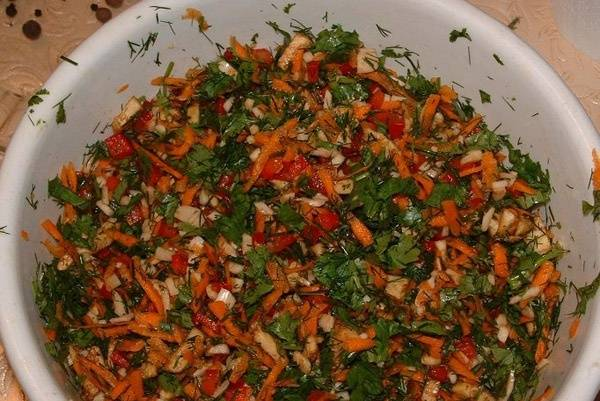 4. Пока баклажаны избавляются от ненужной жидкости, приготовьте начинку. Пошинкуйте морковь, соедините ее с нарезанным болгарским перцем и затем добавьте измельченную зелень. В самом конце добавьте чеснок (мелко нарезанный). Сюда же отправьте мякоть из баклажан. Начинка получается такой.