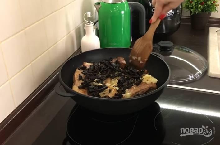 4.В сковороду добавьте лавровый лист и черный перец горошком.