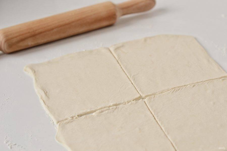 Тесто раскатайте толщиной в полсантиметра. Разрежьте на 4 прямоугольника.