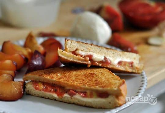 5.Разрезаю каждый бутерброд на 2 части, чтобы был виден срез. Такие бутерброды можно завернуть с собой и кушать холодными или горячими.