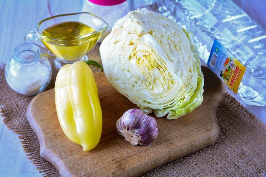 Подготовьте ингредиенты для маринованной капусты с чесноком и перцем.