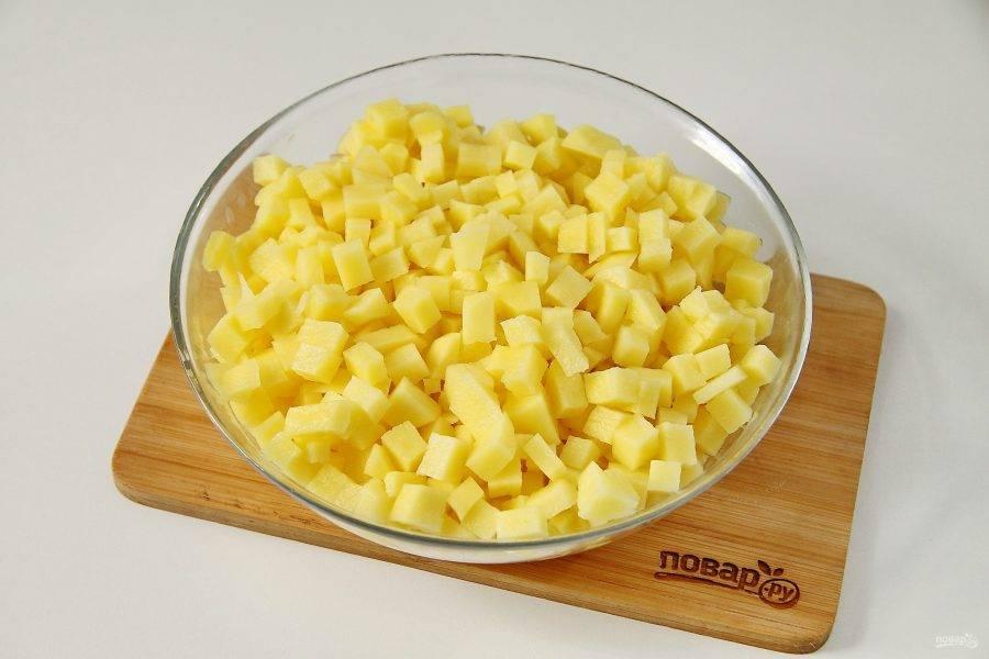 Картофель нарежьте мелкими кубиками.