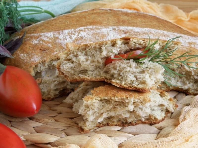 Очень вкусен такой хлеб со свежей зеленью и помидорами.