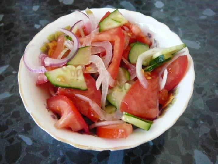 4. Смешиваем огурцы, помидоры и лук, солим по вкусу и заправляем оливковым маслом. Салату нужно дать немного постоять.