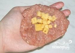 4.Из фарша формируем лепешки, на которые выкладываем сыр.