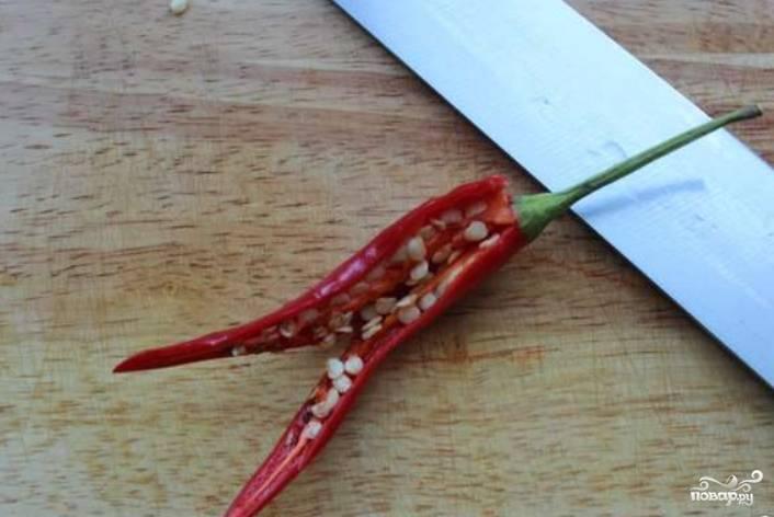 Перец чили разрезаем, удаляем у него семена.