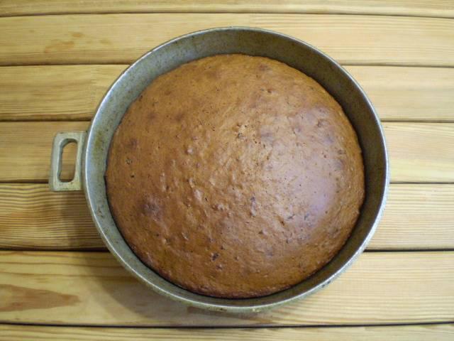 6. Выпекайте коврижку при 200 градусах, первые минут 20 старайтесь не открывать дверцу духовки, может опасть тесто.  Выпекаем 40 минут до румяной темной корочки.
