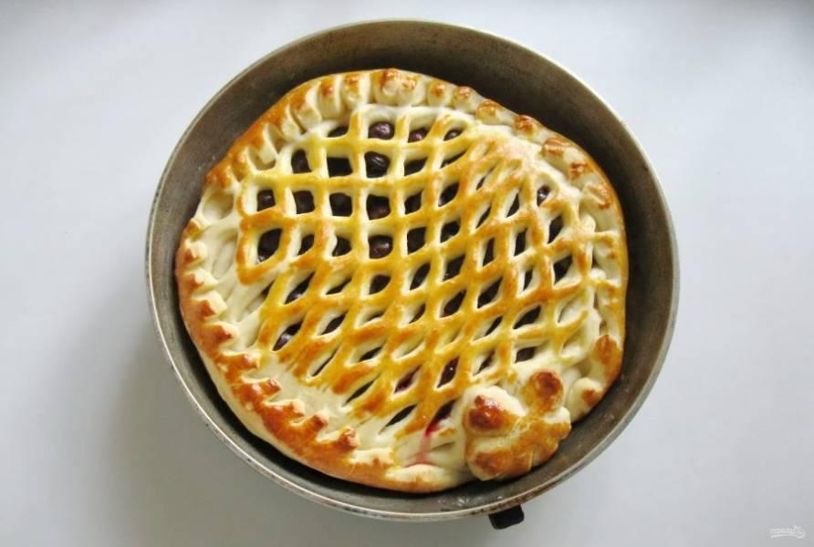 Выпекайте пирог в заранее разогретой до 175-180 градусов духовке 40-45 минут. Время выпечки зависит от вашей духовки.