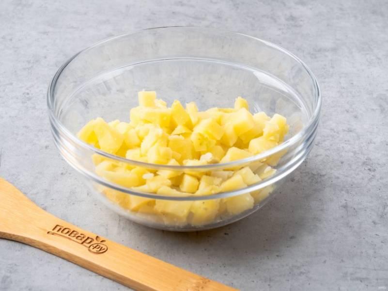 Картофель почистите и нарежьте небольшими кубиками.