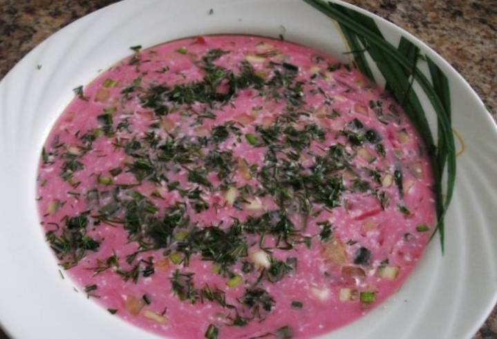 В холодный свекольный суп кладем по 2 ст.л. заправки на порцию. Приятного аппетита!