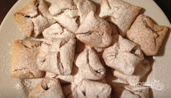 Запекайте печенье при 180 градусах в течение 30 минут. Готовые изделия украсьте сахарной пудрой. Приятного чаепития!