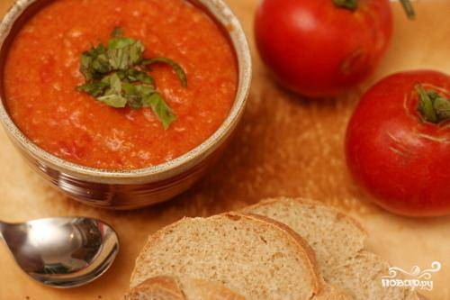 5. Перед подачей перемешать суп, разминая куски хлеба, или перемешать суп погружным блендером до однородной консистенции. Добавить специи по вкусу, листья базилика, посыпать черным молотым перцем и полить оливковым маслом. Подавать.