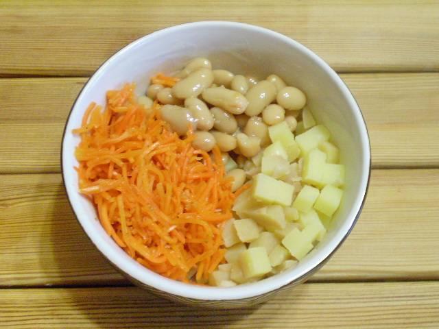 Порежьте картофель. Добавьте в салат фасоль и морковь.