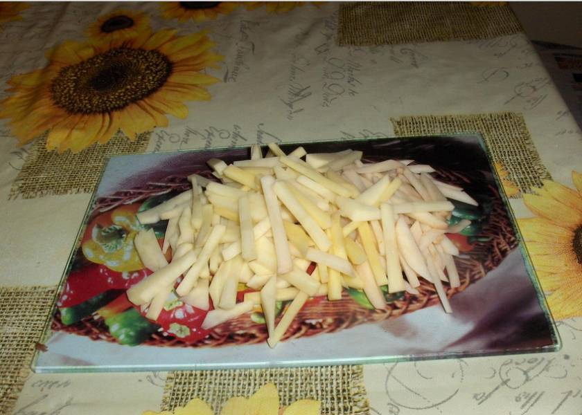 2. Картошку режем тонкой соломкой и обжарим во фритюре. Тоже остудим. Если не любите сырые овощи - морковку и свеклу тоже отварите и остудите. Все ингредиенты нарезаем соломкой.