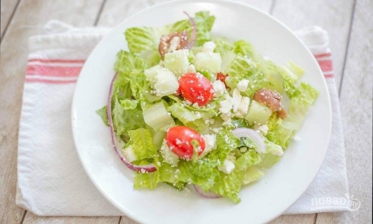 7.Разложите салат по тарелкам и раскрошите на верхушке сыр. Приятного аппетита!