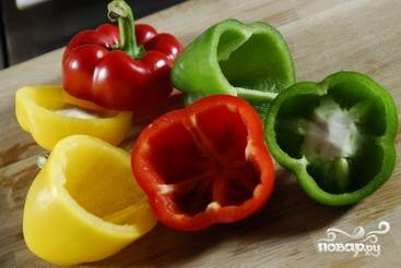 Болгарские перцы промываем, срезаем верхнюю часть (делаем это аккуратно, она нам еще понадобится). Вырезаем семена.