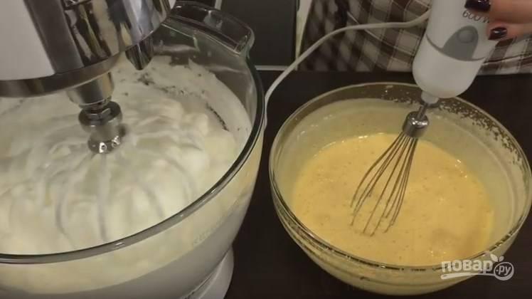 2. Когда белок превратился в густую пену, добавьте 5 ст. ложек сахара, взбивайте миксером до его растворения. Когда желтки посветлели и увеличились в объеме, добавьте 5 ст. ложек сахара и взбивайте пару минут.