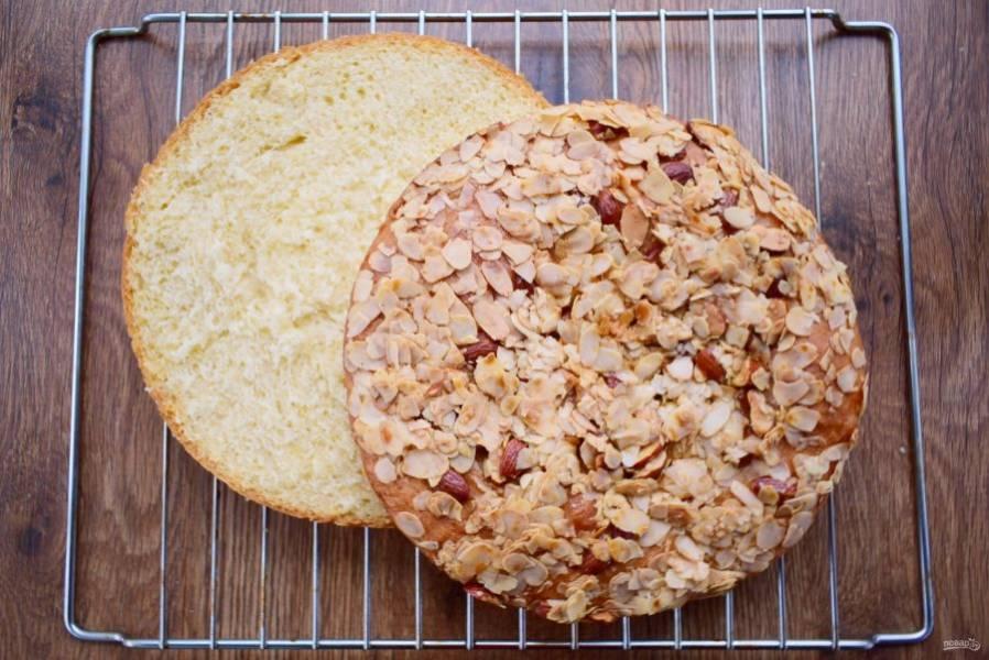 Свежеиспеченный медовый пирог остудите сначала в форме, а затем на решетке. Разрежьте на два коржа.