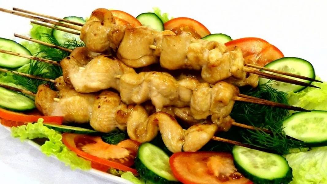 4.  Подавайте шашлык с листьями салата, дольками помидора и укропом. Приятного аппетита!