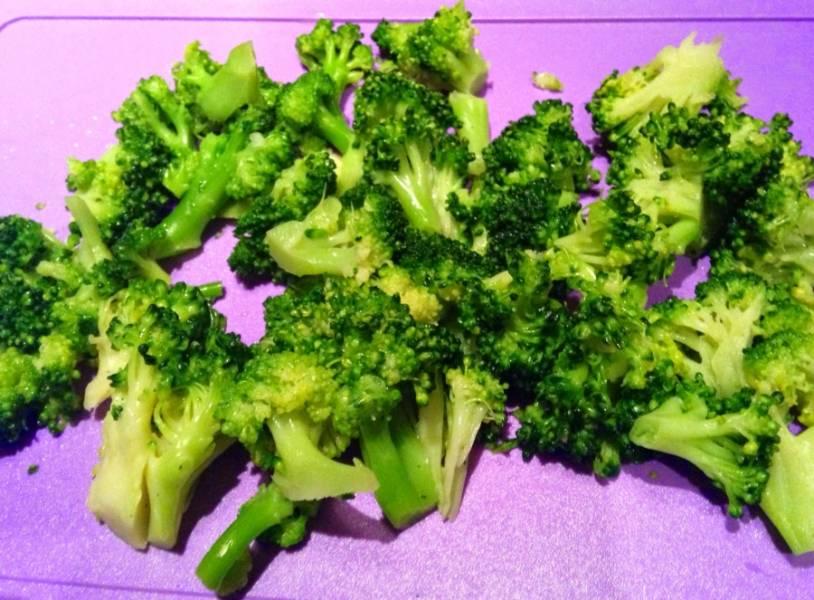 Брокколи разделить на соцветия. Если используете замороженные овощи, можно не размораживать.