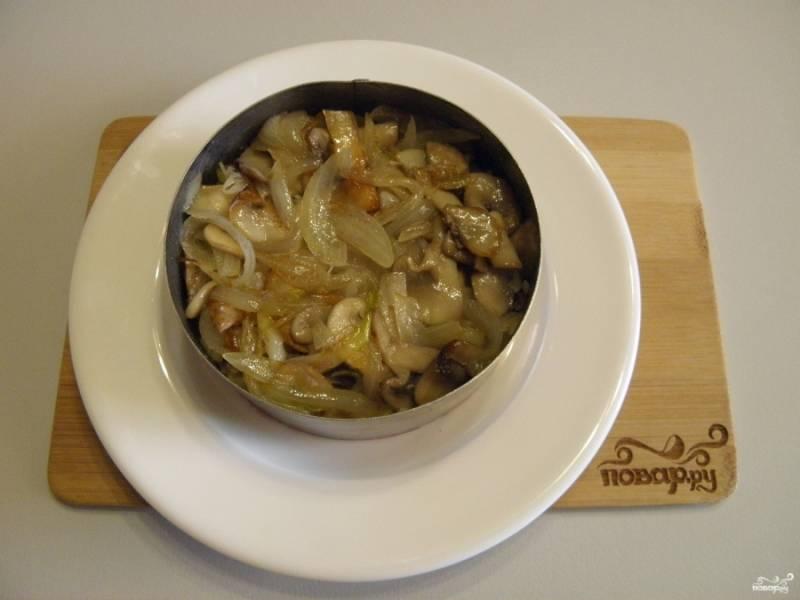 Следом выкладываем жареные грибы с луком.