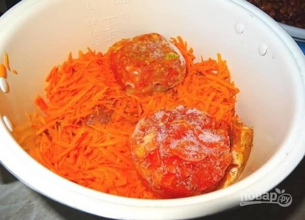 2. На дно чаши выложите сначала мясо, затем овощи. Добавьте помидоры (свежие или замороженные, как в данном случае).