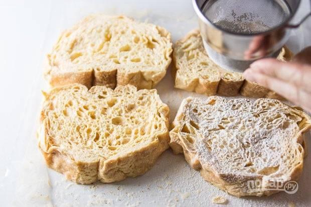 2.Достаньте хлеб и посыпьте его мукой.