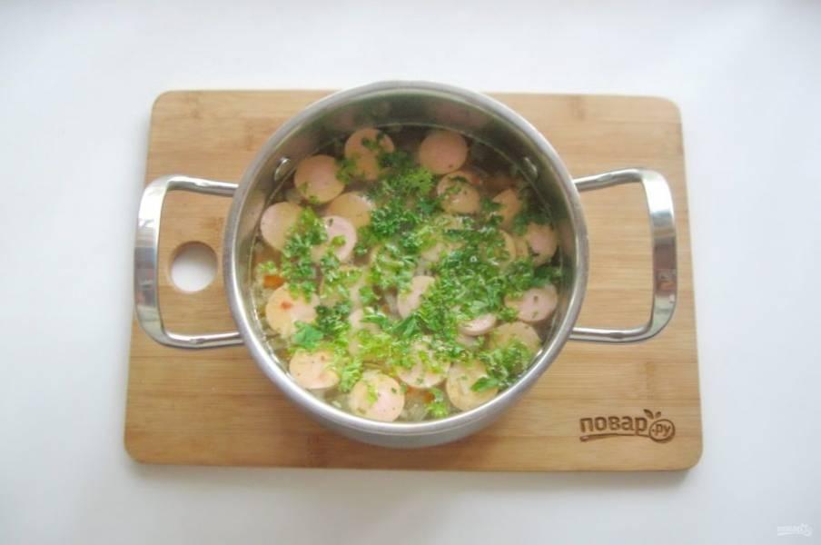 В готовый суп добавьте нарезанную петрушку или укроп, а также измельченный чеснок по желанию.