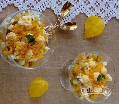 Выложите все ингредиенты по креманкам слоями, смазывая каждый из них. Сверху посыпьте натертым на мелкую терку отварным куриным желтком. По желанию украсьте салат зеленью.