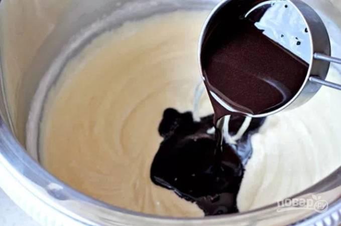 5.В масляную смесь добавьте по несколько ложек смеси из какао, чередуя с мукой, хорошенько размешайте.