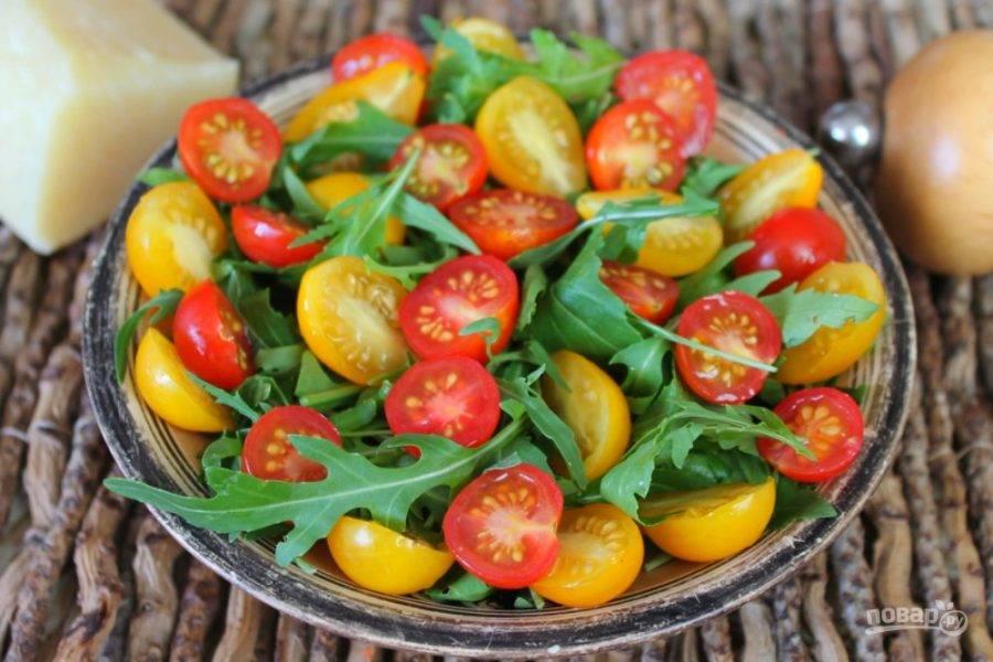 Добавляем порезанные на половинки помидоры черри.
