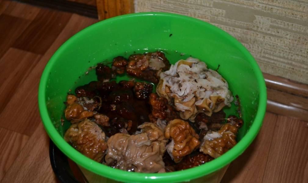 2. Замочите грибы на некоторое время, после чего тщательно их вымойте несколько раз. Теперь их можно отварить в подсоленной воде около часа.