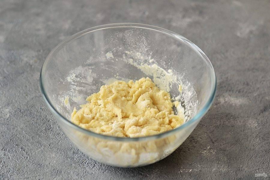 Соедините воду с двумя видами муки. Вымесите однородное тесто. На этом этапе можно добавить еще 1-2 ст.л. воды, если потребуется.